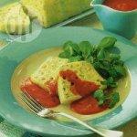 Leek and macaroni loaf with fresh tomato sauce