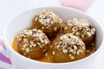 Baked apples with crunchy topping